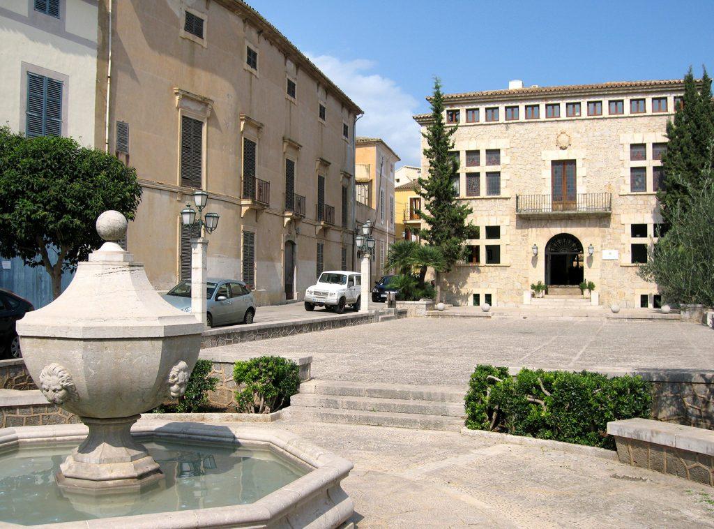 Imagen del Ayuntamiento de Artà y de su plaza. Ayudas bonos descuento Artà