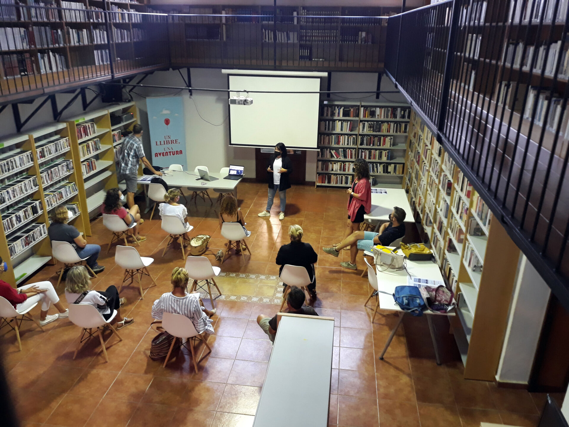 L'agent de Mallorca Activa Marga Serra a un moment de la seva exposició sobre digitalització a la biblioteca de Porreres